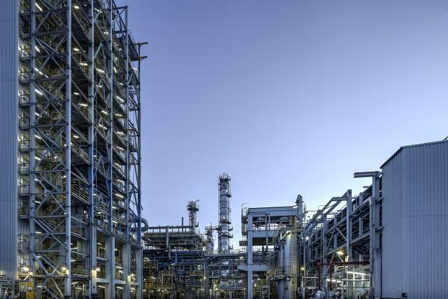 Katalizator to substancja chemiczna, która jest niezbędna do przeprowadzenia procesu oczyszczania surowego kwasu tereftalowego.
