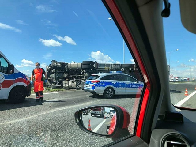 Wypadek tira na autostradzie A4 w Gliwicach.Zobacz kolejne zdjęcia. Przesuwaj zdjęcia w prawo - naciśnij strzałkę lub przycisk NASTĘPNE