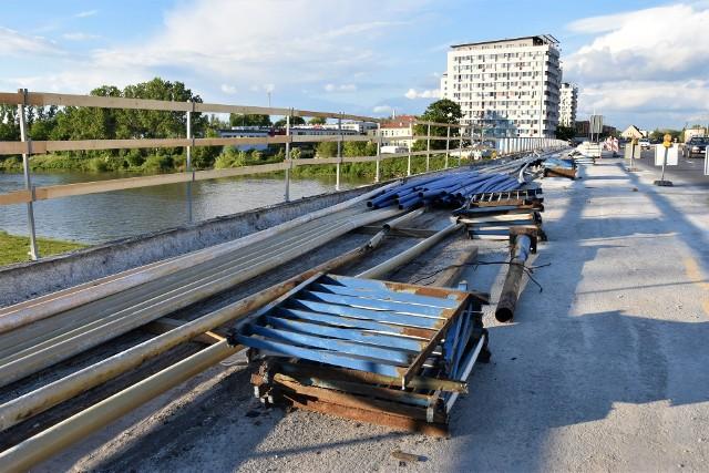 Remont mostu na ul. Nysy Łużyckiej w Opolu. Budowlańcy kują chodnik i usuwają bariery