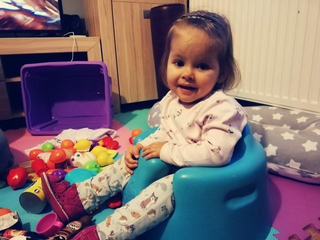 Dwuletnia Kasia Wołoszko, choć jest chora, zawsze pogodnie się uśmiecha. Szybko nawiązuje kontakty z ludźmi. - Skradła moje serce do reszty - mówi Sandra Stolarczyk