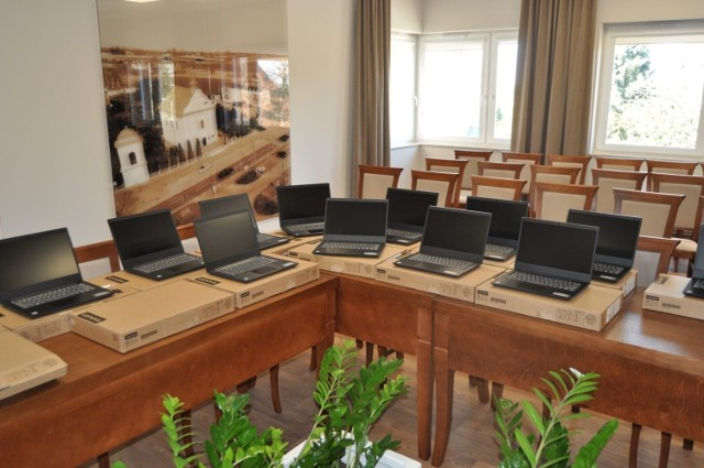 Gmina Zakrzew zakupiła 28 laptopów do nauki, które trafią do potrzebujących rodzin.