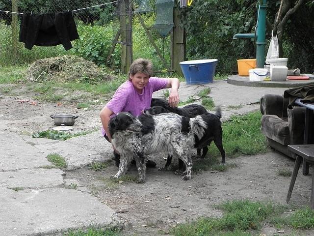 Pani Wiesława mieszka w starym domku w Mimowoli, na odludziu, tuż przy linii kolejowej Inowrocław -Mogilno. Zawsze w otoczeniu gromadki swoich psów.