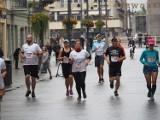 W deszczu biegli ulicą Piotrkowską, pół miasta było sparaliżowane, ale biegacze nie zrezygnowali mimo chłodu i brzydkiej aury