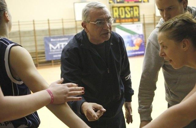 Trener Teodor Mołłow nadal żywo reaguje w czasie meczu.