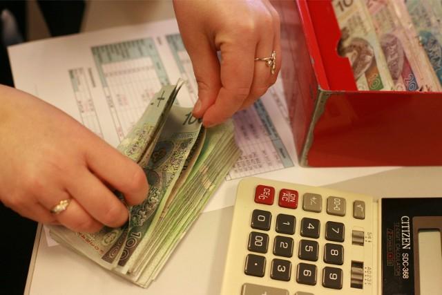 Rząd proponuje, aby minimalne wynagrodzenie za pracę w przyszłym roku wzrosło o 200 zł i wyniosło 3 tys. zł. brutto. Z kolei, minimalna stawka godzinowa powinna być wyższa od obecnej o 1,30 zł i wynosić 19,60 zł