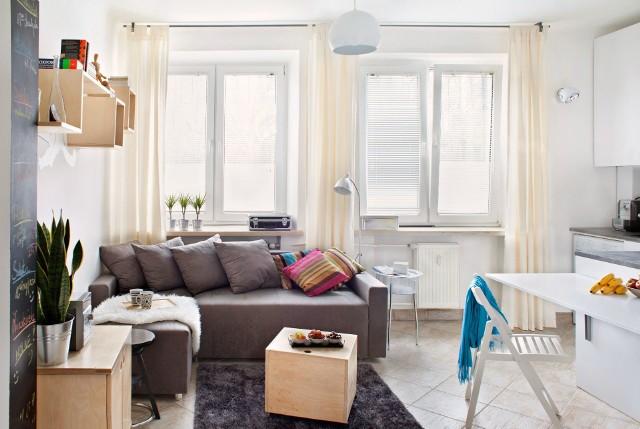 Małe mieszkanie nie musi być nudne. Poznaj porady eksperta! (ZDJĘCIA)Aranżując małe mieszkanie wybierajmy jasne barwy – odcienie beżu, szarości, kolor kremowy, sprawiają, że wnętrze optycznie zyskuje na przestrzeni. Kolory te wzbudzają też poczucie czystości. Nie należy przesadzać z dekoracjami i udziwnieniami, bo wprowadzą one chaos do wnętrza.