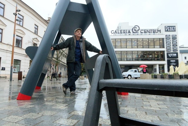 """Jerzy Kosałka i instalacja """"Polski Pop Art"""" w centrum Lublina"""