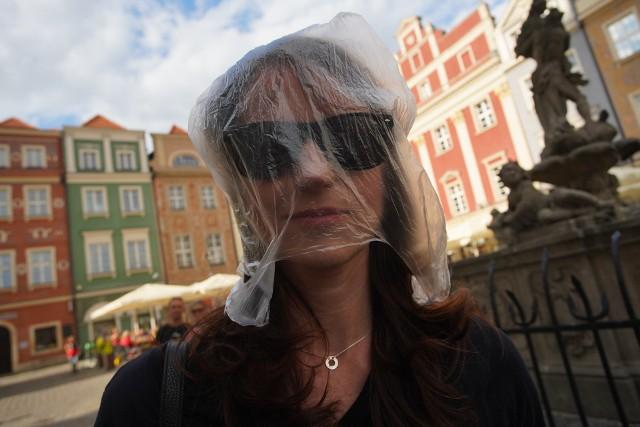 """Dlaczego foliówki szkodzą środowisku i dlaczego powinniśmy ograniczyć ich zużycie, a najlepiej to w ogóle z nich zrezygnować? O tym na Starym Rynku opowiadali uczestnicy eko-pikiety """"Polska bez Foliówek"""".Kolejne zdjęcie -->"""