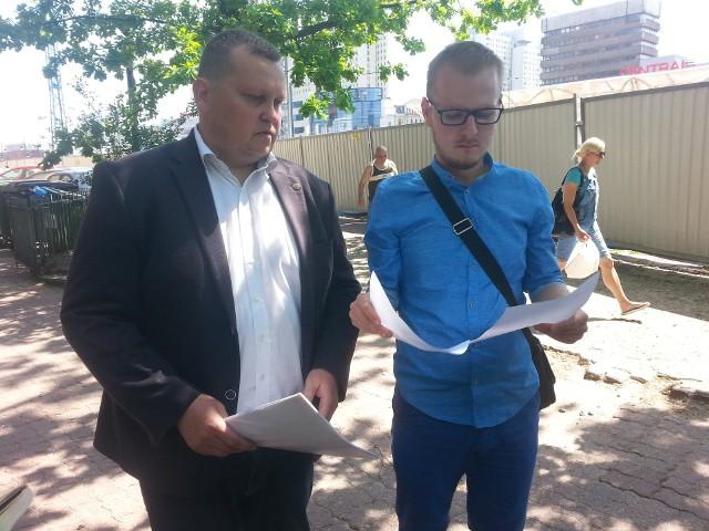 """Kamil Sarwiński (z prawej) zgłosił się na dyżur do radnego Marcina Chruścika (PiS), aby pomógł wyjaśnić, dlaczego miasto odmówiło mu udziału w programie """"Najem za remont"""""""