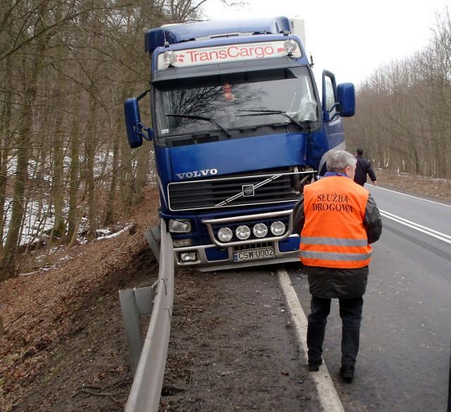 Do godziny 13 były duże utrudnienia w ruchu na drodze krajowej nr 3, zanim udało się odholować  TIR-a na parking.