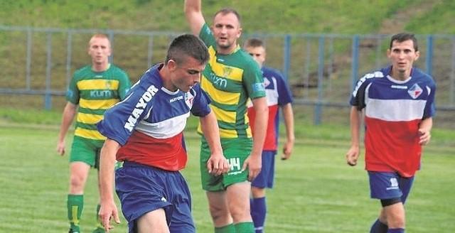 Artur Kuliński (z piłką) strzelił dla Granatu pierwszą bramkę.