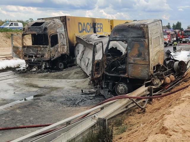 Do dramatycznego wypadku doszło w czwartkowe popołudnie (2 lipca). Na A1 w Bogusławicach (woj. śląskie - zaraz przy granicy z woj. łódzkim) zderzyły się TIR, cysterna i wypełniony ludźmi autokar. TIR stanął w ogniu. Rannych jest wiele osób.CZYTAJ DALEJ I ZOBACZ ZDJĘCIA NA NASTĘPNYCH SLAJDACH