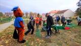 NOWOGRÓD BOBRZAŃSKI. Mieszkańcy chwycili za łopaty i wspólnie zasadzili 30 drzew, które latem mają dawać dzieciom cień