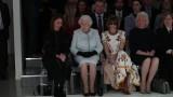 Królowa Elżbieta II w pierwszym rzędzie na London Fashion Week. Obok niej Anna Wintour w okularach przeciwsłonecznych