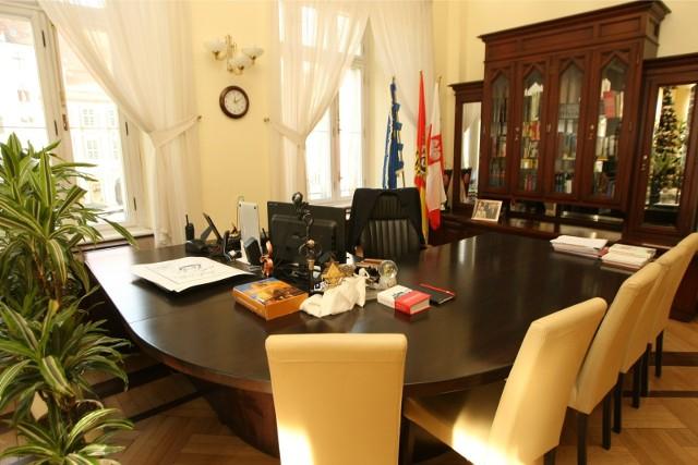 Rafał Dutkiewicz pożegna się jesienią z fotelem prezydenta Wrocławia (na zdjęciu). Jest 10 kandydatów, którzy chcą przejąć władzę we Wrocławiu po prezydencie Dutkiewiczu. Najmłodszy ma 29 lat, a najstarszy 61.ZOBACZ KANDYDATÓW I ICH SYLWETKI W NASZEJ GALERII - poruszaj się przy pomocy strzałek lub gestów na telefonie, by przejść do kolejnych kandydatów.