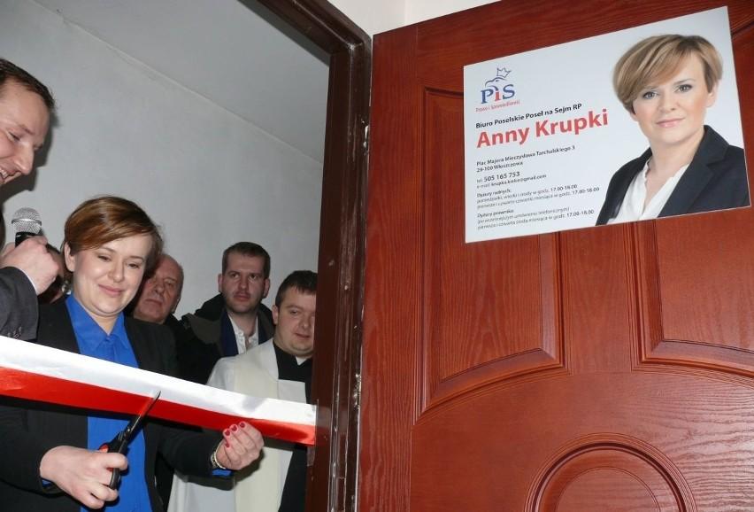 Anna Krupka przecina wstęgę do swojego biura poselskiego we Włoszczowie.