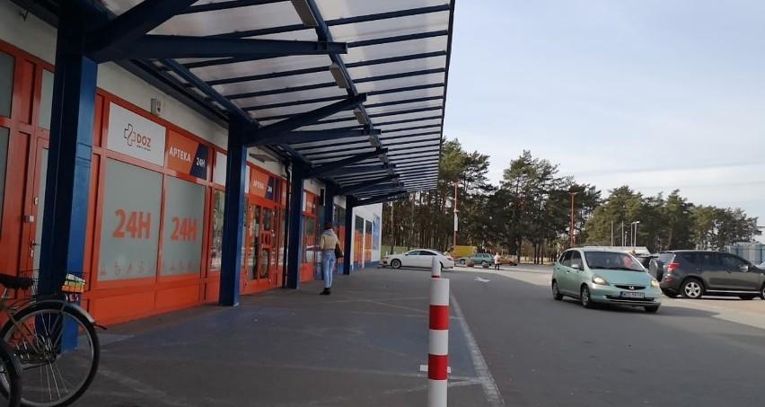 Dlaczego klienci czekają przed apteką? Przy okienku, ze względów bezpieczeństwa powinna się znajdowac jedna osoba.