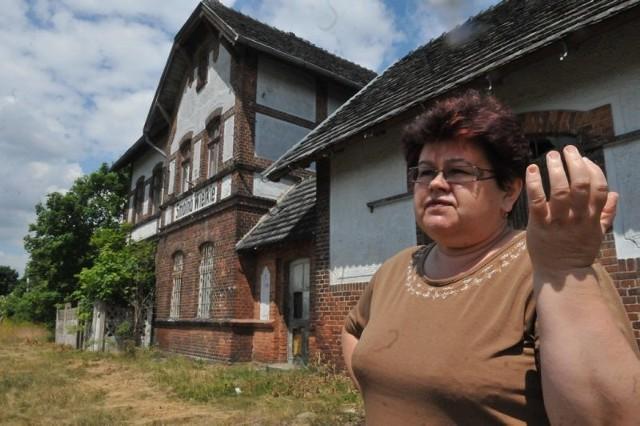 - Był u mnie turysta wędrujący szlakiem nieczynnych linii kolejowych, który chciał kupić dworzec, ale kolej mu nie sprzedała - żałuje sołtys Halina Masłowska widząc w tym szansę dla uratowania budynku
