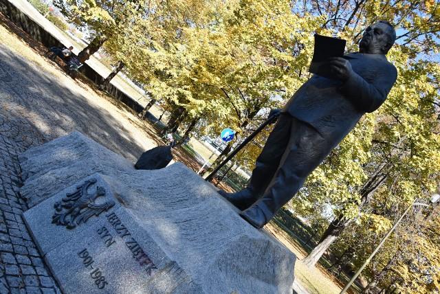 Wybory samorządowe 2018. W sobotę 13 października został sprofanowany pomnik generała Jerzego Ziętka w parku Powstańców Śląskich w centrum Katowic przy katowickim rondzie. Dzisiaj, 14 października sprawdziliśmy, czy władze miasta doprowadziły pomnik do pierwotnego stanu. Sami oceńcie.