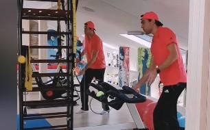 Jerzy Janowicz w domowej siłowni nie rozstaje się z tenisową rakietą. Łodzianin jest w dużej formie i nie może doczekać się powrotu na kort