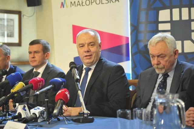 """Prezydent Majchrowski twierdzi, że nie ma rządowych gwarancji w sprawie igrzysk. Jacek Sasin mówi zaś o """"dziwnej"""" postawie prezydenta."""