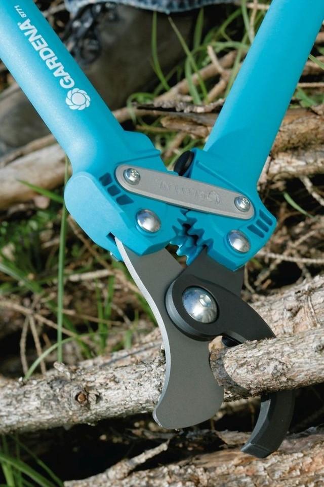 Nożyce do cięcia gałęziPraktyczne są nożyce do gałęzi z przekładnią, która zwiększa wydajność cięcia.