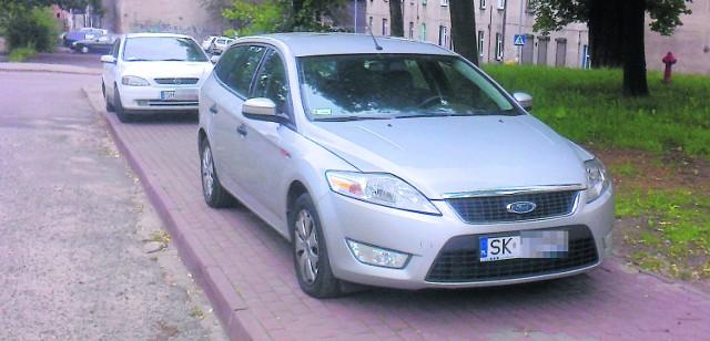 Czy pokazane przykłady parkowania pojazdów (to zdjęcie nadesłał autor cytowanego w tekście listu) powinny nas skłonić do jakiejś reakcji, czy lepiej przejść obok i udawać, że wszystko jest w porządku?