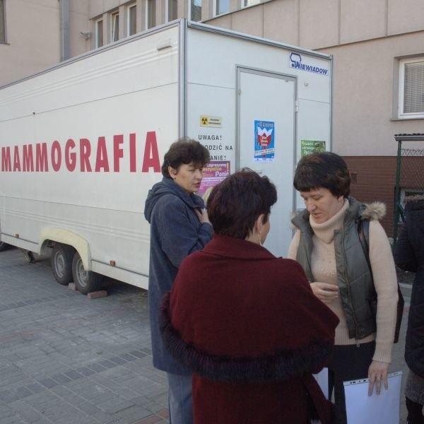 """Z badań w mammobusie """"Mediki"""" skorzystały m.in. w marcu tego roku pracownice opolskiego oddziału ZUS."""