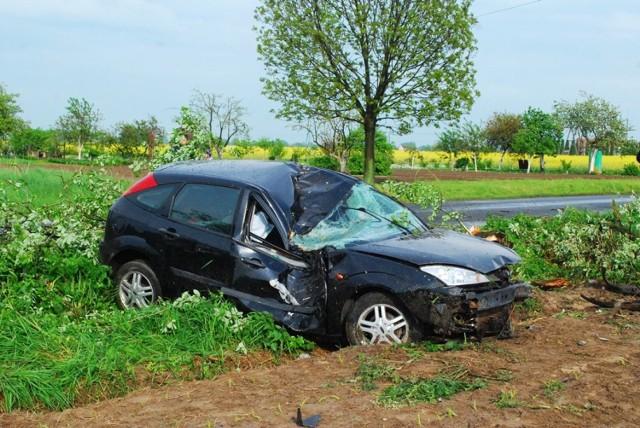 Wypadek w Kamieniu: Ford wypadł z drogi i uderzył w drzewo