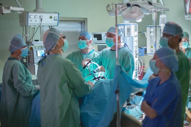 Wtorek godz. 8. W dwóch salach operacyjnych stan pełnej gotowości. Dawcami nerek są kobiety, biorcami mężczyźni. Nerkami na krzyż wymieniają się małżeństwa z Bydgoszczy i Torunia. - Ze względu na niezgodność grup krwi małżonkowie nie mogli pomóc sobie nawzajem. Szansą dla obu par było przeczepienie krzyżowe - mówi dr n. med. Aleksandra Woderska, regionalny koordynator transplantacyjny ze szpitala Jurasza. To pierwszy taki zabieg w regionie. Więcej o nim w czwartkowym wydaniu Expressu Bydgoskiego.