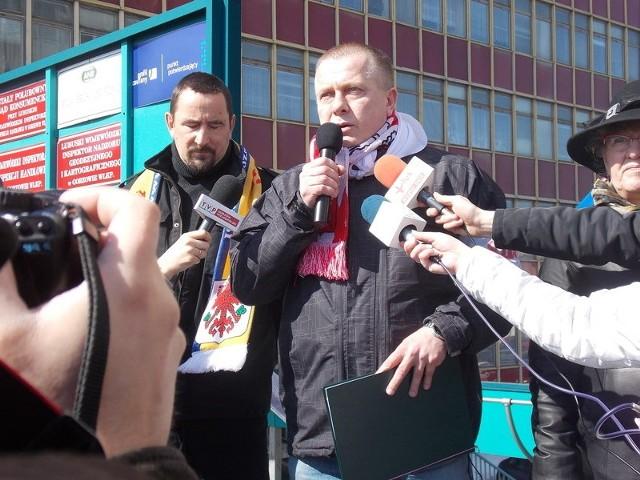Najdłużej do oburzonych przemawiał szef Solidarności Jarosław Porwich