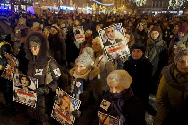 Podczas demonstracji Ogólnopolskiego Strajku Kobiet wskazywano posłów opozycji, którzy nie poparli dalszych prac nad projektem liberalizującym przepisy antyaborcyjne.