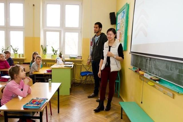 Davi Ribeiro z Brazylii i Ann Yee Lin z Australii opowiadają uczniom o kulturze i tradycjach swoich krajów. Dla dzieci to prawdziwa egzotyka. Dla gości równie egzotyczna jest Polska i nasze obyczaje.