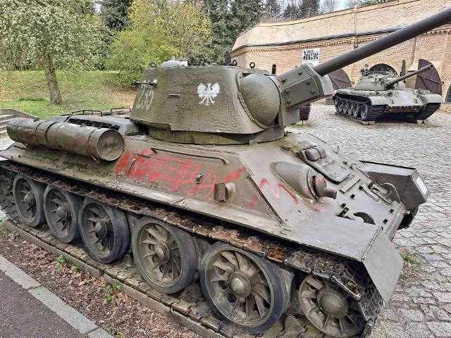 Czołg T-34/76 z Cytadeli został oszpecony bazgrołami