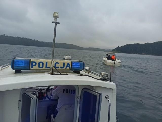 Policjanci z patrolu wodnego czuwają nad bezpieczeństwem na Jeziorze Solińskim.