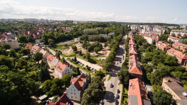 Na pierwszym planie - działka firmy Euro Styl, na której w przyszłym roku rozpocznie się budowa osiedla Perspektywa, w głębi - działka firmy Yareal, odkupiona przed kilkoma dniami od Robyga