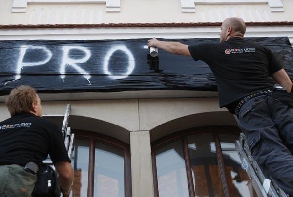 Protest restauratorów na rzeszowskim RynkuNa rzeszowskim Rynku restauratorzy, których lokale przylegają bezpośrednio do plyty Rynku, protestują przeciwko zmianie regulaminu przetargu na ogródki piwne.