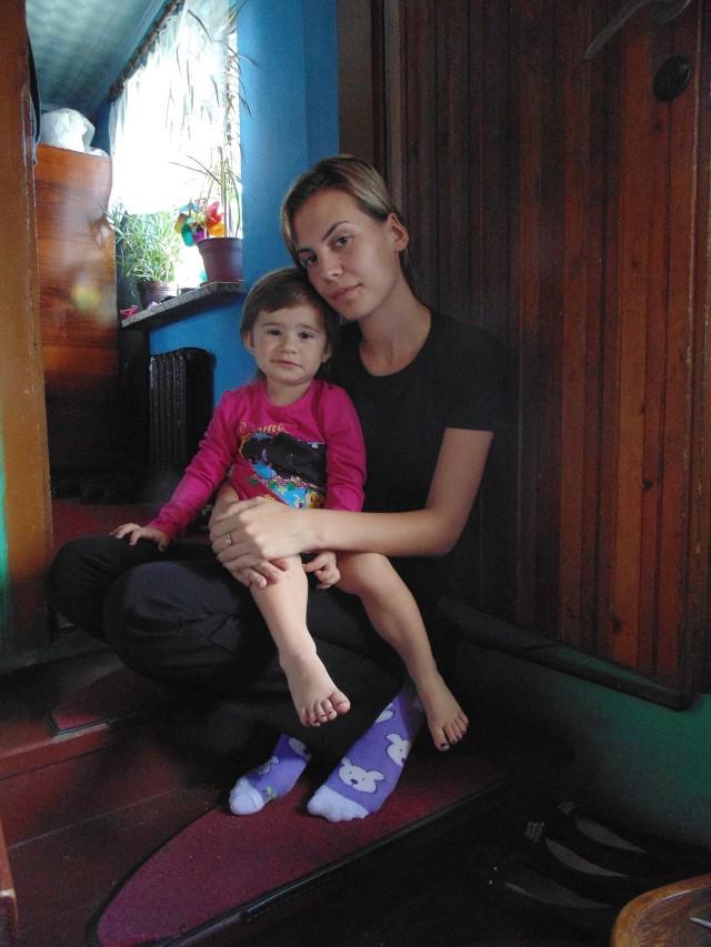 Ewelina Wasztyl z 2,5-letnią córeczką Justynką. Dziewczynka  już wie, że nigdy więcej nie zobaczy swojego taty