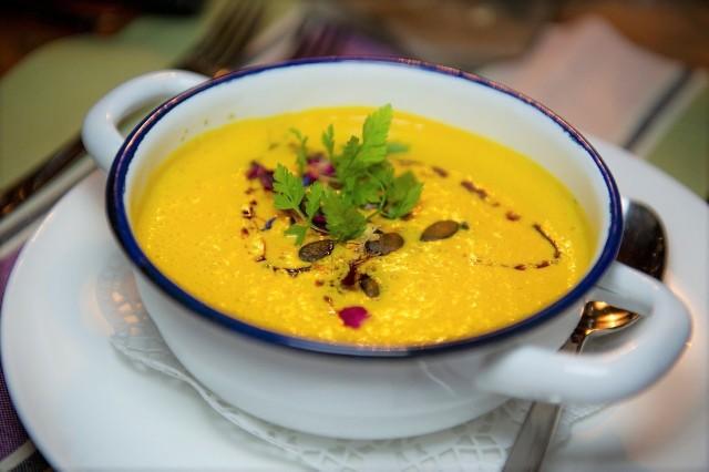Przepis na zupę z dyni jest bardzo prosty.
