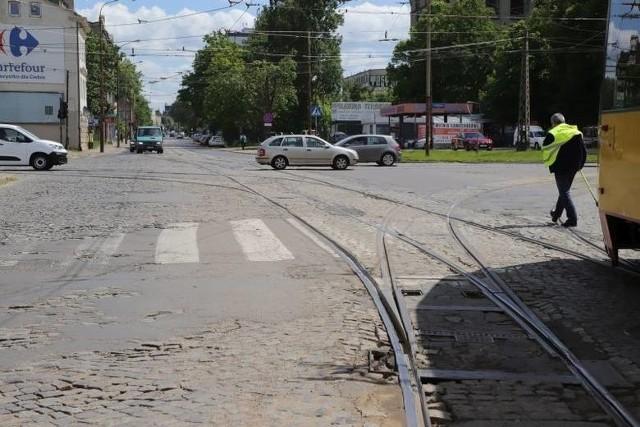 13 kwietnia miały zostać otwarte oferty na remont torowiska w ul. Strykowskiej i budowy tunelu pod ul. Inflancką łączącego się z przystankiem ŁKA Łódź – Marysin. To część remontu ul. Wojska Polskiego. Ale termin składania ofert przedłużono do 19 kwietnia.
