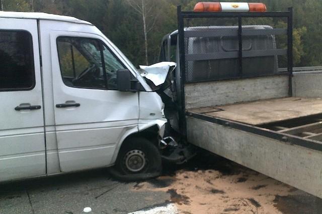 Na autostradzie zderzył się bus z pojazdem obsługi autostrady.