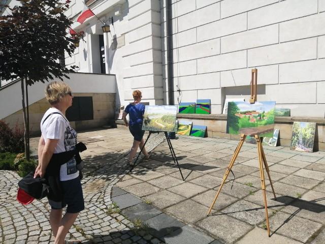 Pokazem prac malarskich na dziedzińcu Zamku Królewskiego w Sandomierzu zakończyły się  warsztaty malarskie zorganizowane przez Pracownię Malarstwa i Rysunku  Galerii 413 Jacka Świgulskiego, jaka działa przy Łódzkim Domu Kultury.