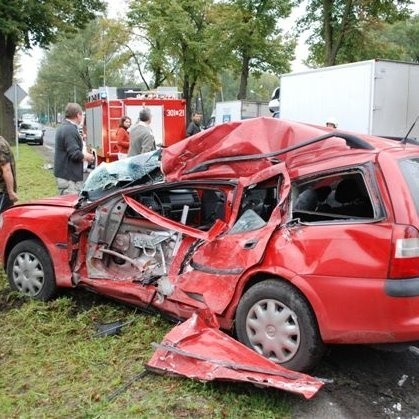 W wypadku na Strzeleckiej zginął kierowca vectry. Policja zorganizowała objazdy.