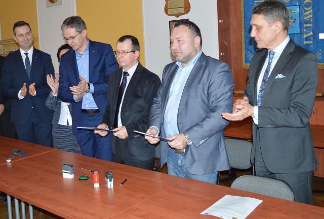 Od lewej: prezes PSL Władysław Kosiniak-Kamysz, marszałek Adam Jarubas, wiceprezes firmy PRI Fart - Wiesław Ruchomski, wicedyrektor ŚZDW - Karol Rożek, wicemarszałek Jan Maćkowiak.