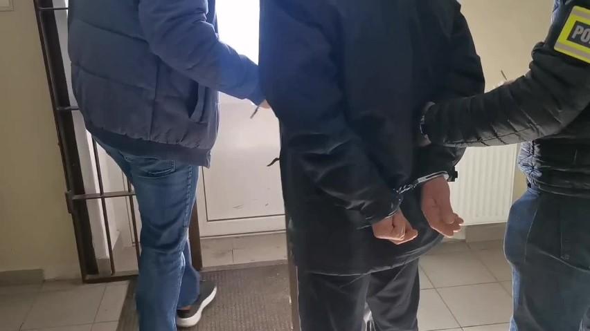 """Białystok. Funkcjonariusze zatrzymali 62-latka podejrzanego o udział w oszustwie metodą """"na policjanta"""" (zdjęcia, wideo)"""