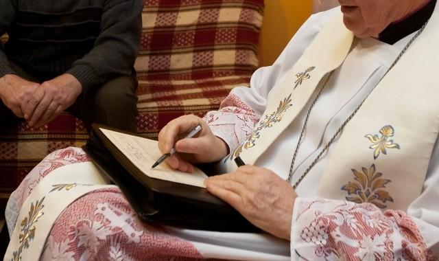 Kolęda to okazja do wspólnej modlitwy, ale także dyskusji z księdzem. Wierni przed kolędą przygotowują swoje mieszkania. Sprzątają, a w pomieszczeniach, gdzie przyjmą kapłana rozścielają biały obrus na stołach i ustawiają krzyże z zapalonymi świecami. Ale przed kolędą zaglądają również do portfela i przygotowują koperty dla księży w ramach ofiary na potrzeby Kościoła. Każdego roku wierni zastanawiają się, czy oraz ile dać pieniędzy....