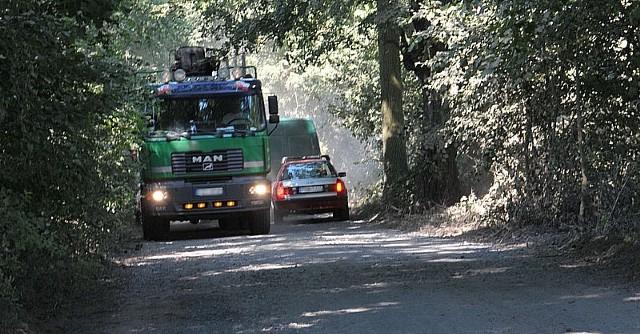 Teoretycznie objazdem wyznaczonym leśnym duktem powinny jeździć tylko auta do 3,5 tony. Jednak większe też czasem nie robią sobie nic z zakazów.