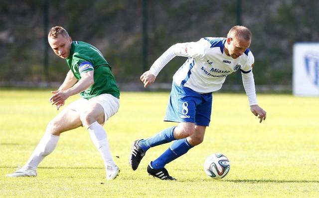 Marek Niewiada (z prawej) w tym sezonie zagrał w 14 meczach w lidze i Pucharze Polski. Zdobył w nich jedną bramkę i obejrzał trzy żółte kartki.