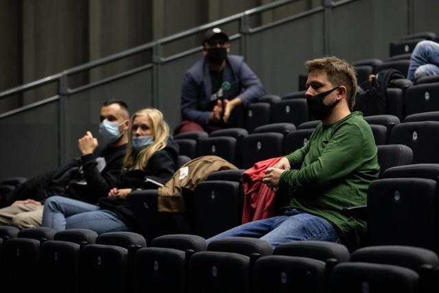 """Oglądanie filmów w maseczce nie zniechęca poznaniaków do wyjścia do kina. """"Palm Springs"""", """"Proste rzeczy"""" i """"Na Rauszu""""  - to tylko część filmów, przedpremierowe pokazy których rozpoczną się 12 grudnia"""