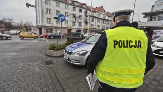 Wszystko wydarzyło się w środę, 14 grudnia, na al. Wojska Polskiego. Dziewczyna przechodziła przez wyjazd z parkingu. Została potrącona przez samochód, który włączał się do ruchu. Ranne dziecko trafiło do szpitala, a sprawca uciekł.Do zdarzenia doszło w środę, 14 grudnia, po godz. 9.00. Dziewczynka szła chodnikiem al. Wojska Polskiego. Przechodziła przez wyjazd z parkingu. Miała pierwszeństwo. Wtedy została potrącona przez samochód włączający się do ruchu. Kierowca, który potrącił dziecko, nie zatrzymał się i nie udzielił pomocy tylko odjechał z miejsca wypadku.Do rannego dziecka przyjechała wezwana karetka pogotowia ratunkowego. Dziewczynka została przewieziona do szpitala. Policjanci z zielonogórskiej drogówki zaczęli poszukiwania kierowcy. Okazało się, że świadek zdarzenia miał w aucie widoerejestrator. – Mamy zabezpieczone nagranie z przebiegu zdarzenia, które z pewnością ułatwi nam ustalenie przebiegu oraz okoliczności potrącenia – potwierdza nadkom. Małgorzata Stanisławska, rzeczniczka zielonogórskiej policji.Policjanci obejrzeli już nagranie. – Ustaliliśmy już osobę, która brała udział w zdarzeniu. To kierująca renault – mówi nadkom. Stanisławska. Policjanci dotarli już do kobiety. Wyjaśnia, że nie odjechała z miejsca zdarzenia, tylko nie poczuła potrącenia dziecka. Miała więc nieświadoma potrącenia pojechać dalej i dlatego zostawiła potrącone dziecko leżące na chodniku. Zobacz także: Popędzanie pieszych i wyprzedzanie na pasach. Skandaliczne zachowania kierowcówCzytaj również: Potrącenie mężczyzny na pasach w Zielonej Górze;nf